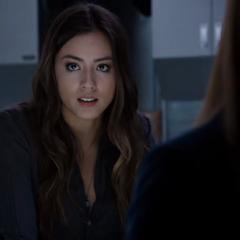 Skye explica el interés de Quinn con el dispositivo de congelación.