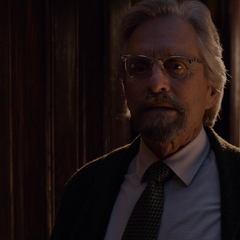 Pym descubre a Cross en su vestíbulo.