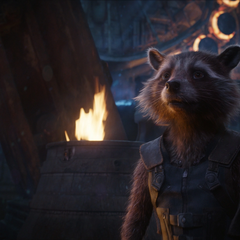 Rocket ve a Thor reiniciando la fragua.