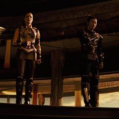 Hogun y sus amigos intentan hablar con Odín.