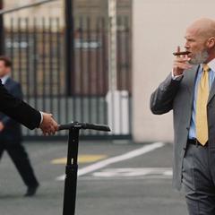 Stane se dirige a una reunión con Stark.