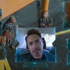 Stark llama a Parker para felicitarlo por el rescate.