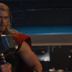 Thor recibe el Mjolnir por Visión.