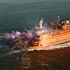 El arma Chitauri de Toomes corta el ferry a la mitad.