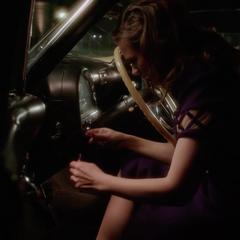 Carter enciende el automóvil manualmente.