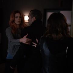 Johnson ayuda a secuestrar a Radcliffe.