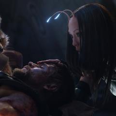 Mantis a punto de despertar a Thor.