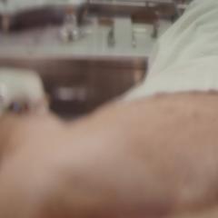 El brazo izquierdo de Barnes es removido en una operación.