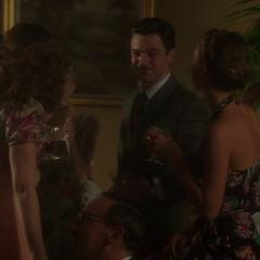 Stark disfruta un momento con las chicas.