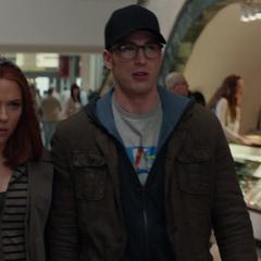Rogers y Romanoff disfrazados en el centro comercial.
