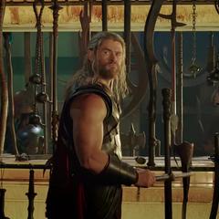 Thor en el salón de armas.