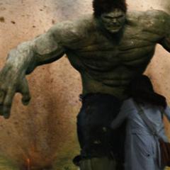 Hulk protege a Elizabeth del peligro.
