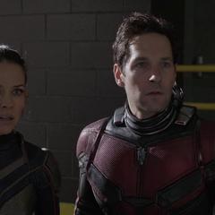 Lang y Hope descubren que Fantasma se llevó el laboratorio portátil.