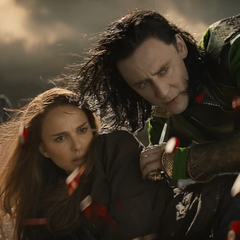 Loki protege a Foster durante la batalla.
