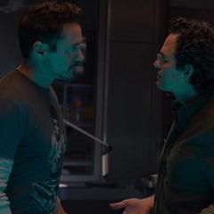 Stark le habla a Banner sobre el cuerpo sintético de Ultrón.