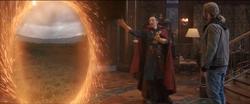 Strange abre el portal para Thor