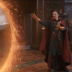 Thor observa a Strange abrir el portal a Noruega.