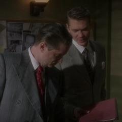 Thompson y Dooley discuten de la masacre en Finow.