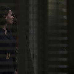 Carter conversa con un agente de S.H.I.E.L.D.