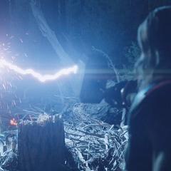 Stark recibe un rayo potente de Thor.