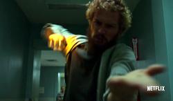 Rand usa el Puño de Hierro en el hospital