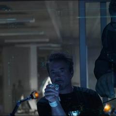 Rocket ve a Stark ensamblar el Nano Guantelete.
