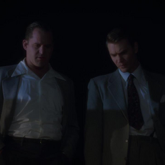 Thompson y Krzeminski ven el cuerpo de Brannis.