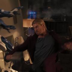 Thor lucha contra un centinela.