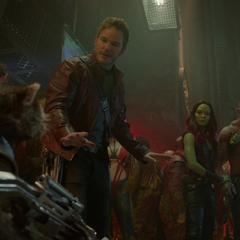 Quill impide una pelea entre Rocket y Drax.