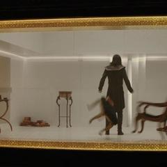 Loki empuja los muebles de su celda tras enterarse de la muerte de Frigga.