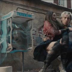 Pietro a punto de llevarse a Wanda a otro lugar para seguir la lucha.