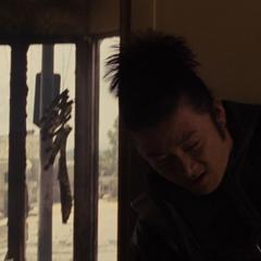 Hogun se pone de pie tras la explosión.