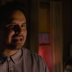 Luis le explica a Lang dónde y cómo será el robo.