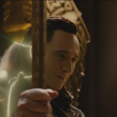 Loki regresa a su forma original mientras observa a Thor irse.