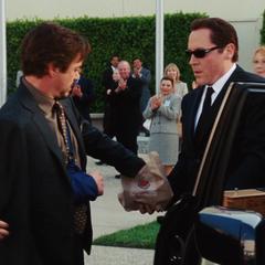 Hogan le entrega a Stark una hamburguesa.