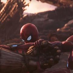 Stark y Parker intenta quitarle el Guantelete a Thanos.
