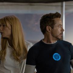 Potts y Stark ven misiles acercarse a la mansión.