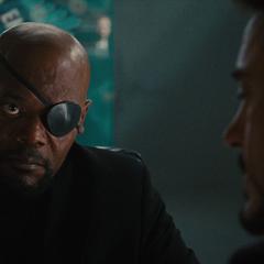 Fury hace que Stark lea su evaluación.