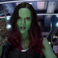 Gamora con Groot sujetado en su hombro.
