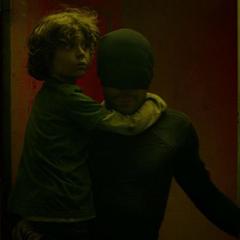 Murdock salva al niño.