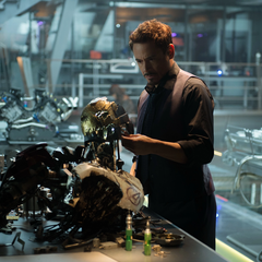 Stark examina el cuerpo que se construyó Ultrón.