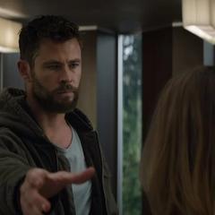 Thor decide invocar el Rompetormentas en frente de Danvers.