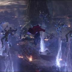 Strange invoca zarcillos de energía para eliminar a algunas tropas.