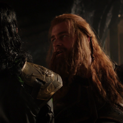 Volstagg amenaza a Loki.