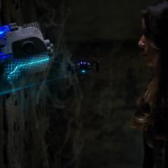 Skye examina el arma.