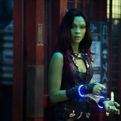 Gamora esposada es llevada a prisión.