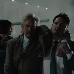 Luis pone a Pym a salvo de la explosión.