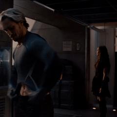 Pietro se coloca un nuevo uniforma para la batalla.