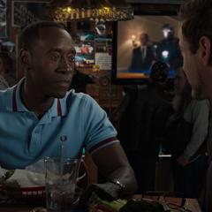 Rhodes informa a Stark sobre el Mandarín.
