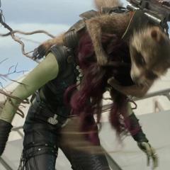 Gamora es atacada por Rocket.